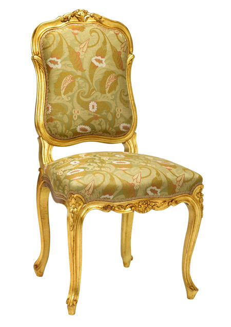 La chaise Louis XVI « Royaumont doré » de Taillardat a aussi une allure royale…